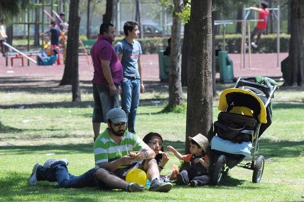 MÉXICO, D.F. 04ABRIL2014.- Cientos de familias acuden a parques de la ciudad para disfrutar sus vacaciones de Semana Santa en compañía de sus familias, el calor no hizo que las personas disfrutaran la tranquilidad del lugar para volar un papalote o maquillarse la cara.  FOTO: MOISÉS PABLO /CUARTOSCURO.COM