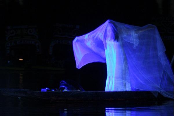 MEXICO, D.F., 08OCTUBRE2009.-En Cuemanco dio inicio la obra que relata la leyenda prehisp‡nica de la Cihuac—atl, diosa creadora de la primera pareja que habit— la tierra y que posteriormente -durante la Žpoca de la Colonia- se conociera como La Llorona, quien segœn el mito mat— a sus hijos tras un desenga–o amoroso . FOTO: IVAN STEPHENS/CUARTOSCURO.COM