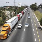 LERMA, ESTADO DE MÉXICO, 15JUNIO2011.- Transportistas bloquearon intermitentemente la Autopista Toluca-México a la altura del municipio de Lerma uniéndose a la protesta nacional que mantiene dicho gremio donde demandan mayor seguridad y  el cese a la alza del diesel. FOTO: SAÚL LÓPEZ/CUARTOSCURO.COM