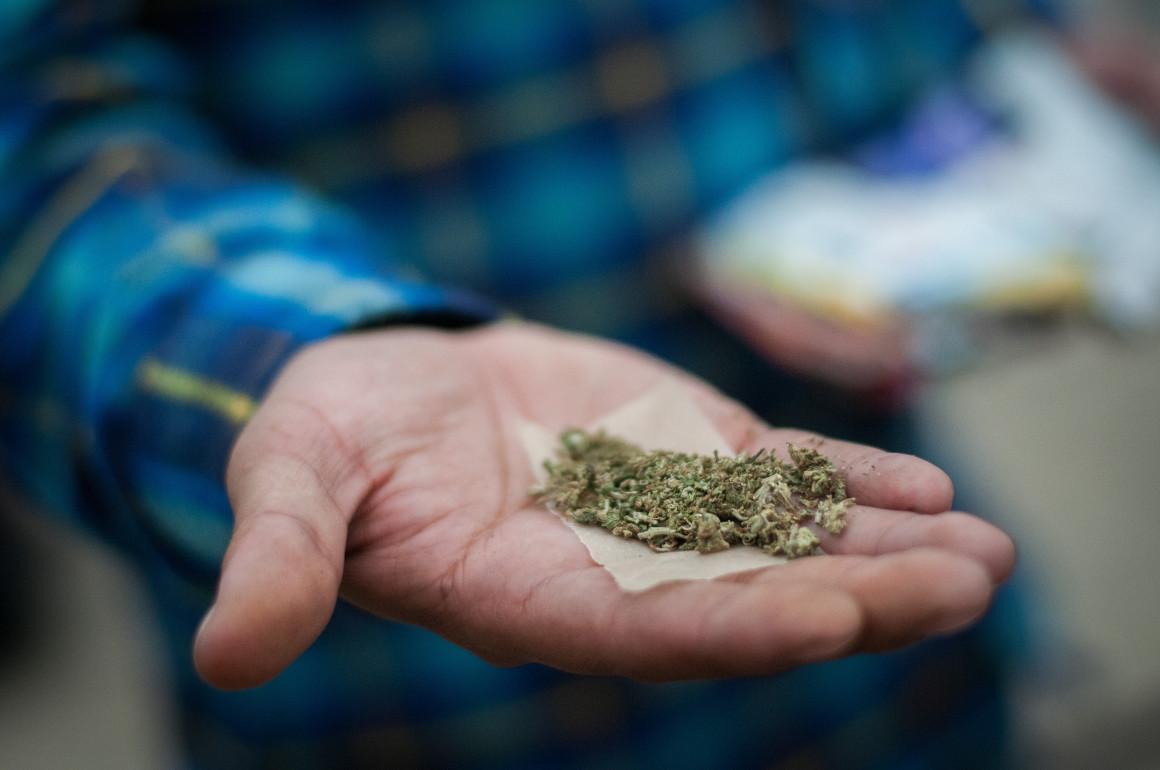 MÉXICO, D.F., 02MAYO2015.- Miles de personas realizaron una manifestación para exigir la legalización de la marihuana. La marcha partió de la plaza de la Solidaridad, recorrieron la periferia de la Alameda Central, para llegar a la plaza de la Revolución. Los manifestantes exigen una legalización de la hierba para usos médicos y lucrativos ya que, según comentan, ayudaría a minimizar la violencia en el país. FOTO: DIEGO SIMÓN SÁNCHEZ /CUARTOSCURO.COM