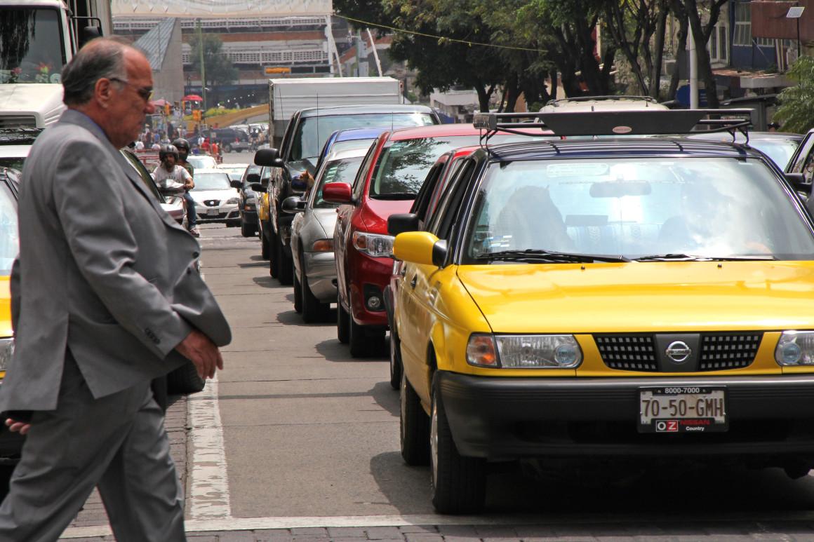 Autos tráfico en la ciudad. Foto: Héctor Jesús Hernández;