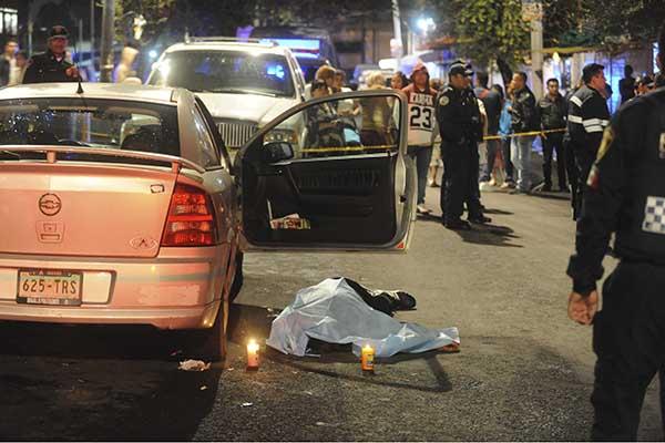 MÉXICO  D.F., 22AGOSTO2015.- Sergio Soriana Baleros de 58 años, fue asesinado con dos impactos de arma de fuego en el rostro, El conductor del Auto Astra y acompañante del muerto, se dio a la fuga del lugar sin que se tenga más dato de este. El homicidio, tuvo lugar en la calle Jarcería de la colonia Morelos.  FOTO: LUIS CARBAYO /CUARTOSCURO.COM