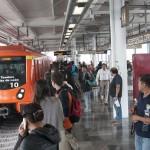 MÉXICO, D.F., 28OCTUBRE2015.-Despúes de 19 meses de estar cerrado el tramo de Atlalilco a Tlahuac de la línea 12 del metro, hoy se realizó la reapertura de las estaciones Culhuacán, San Andrés Tomatlán, Lomas Estrella, Calle 11 y Periférico Oriente. Camiones del servicio RTP seguirán brindando servicio gratuito de Periférico hacia Tláhuac a los miles de afectados que esperan largas filas para poder abordar una unidad. FOTO: DIEGO SIMÓN SÁNCHEZ /CUARTOSCURO.COM