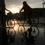 MÉXICO, D.F., 11JUNIO2014.- Dos ciclistas pasan sobre un charco en Paseo de la Reforma. Como es cotidiano en la ciudad, en algunas calles se presentaron encharcamientos por las lluvias de esta tarde.  FOTO: ADOLFO VLADIMIR  /CUARTOSCURO.COM