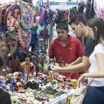 MÉXICO, D.F., 29AGOSTO2014.- Cientos de personas visitan la Feria de las Culturas Indígenas, inaugurada el día de ayer y que permanecerá hasta el próximo domingo en el zócalo capitalino, donde más de 400 artesanos de todo el país exponen sus artesanías y gastronomía, además hay exhibición de medicina tradicional y herbolaria. FOTO: DIEGO SIMÓN SÁNCHEZ /CUARTOSCURO.COM
