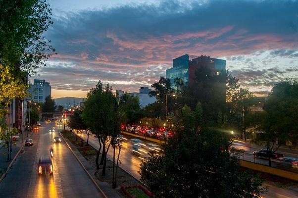 MÉXICO, D.F., 29DICIEMBRE2015.- El cielo pintado de colores gracias a los últimos rayos del Sol luce sobre el circuito interior, el cual es camino para miles de automovilístas que conducen a su destino. FOTO: DIEGO SIMÓN SÁNCHEZ /CUARTOSCURO.COM