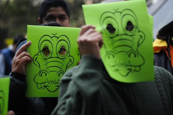MÉXICO, D.F., 28ENERO2016.- Simpatizantes del PRD acudieron a la Secretaría del Medio Ambiente y Recursos Naturales (Semarnat), para clausurar simbólicamente las instalaciones como protesta por el daño ocasionado al Manglar Tajamar, en Quintana Roo.  FOTO: DIEGO SIMÓN SÁNCHEZ /CUARTOSCURO.COM
