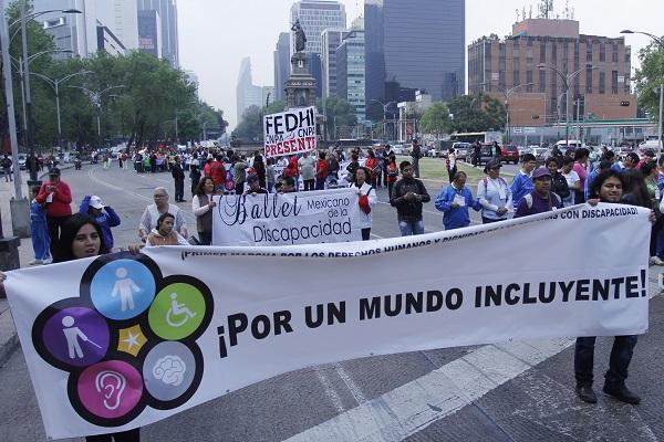 MÉXICO, D.F., 03DICIEMBRE2015.- Un grupo de personas en silla de ruedas y bastones o con alguna discapacidad en compañía de personas de distintas organizaciones se manifestaron sobre la avenida Reforma en conmemoración del día Internacional de las Personas con Discapacidad. FOTO: ENRIQUE ORDÓÑEZ /CUARTOSCURO.COM