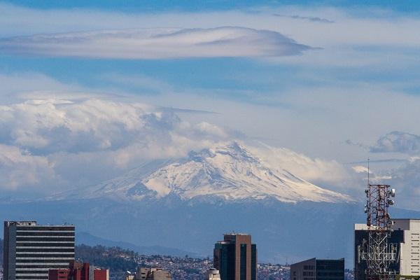 MÉXICO, D.F., 16MARZO2015.- Las fuertes rachas de viento en la ciudad de México, despejaron la ciudad de México y permitieron apreciar el volcan Popocatepetl.    FOTO: ISAAC ESQUIVEL /CUARTOSCURO.COM