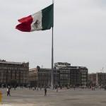 MÉXICO, D.F., 24ENERO2016.- Familias aprovecharon que el la plancha del zócalo no estaba ocupada por una pista, una carpa o algo por el estilo, para caminar sobre lo que es conocido como el corazón del país.  FOTO: MOISÉS PABLO /CUARTOSCURO.COM