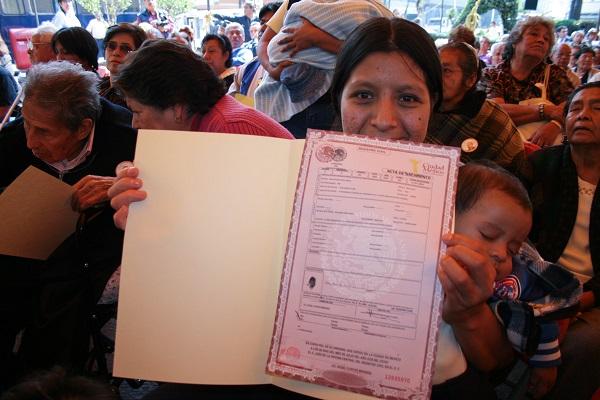 MƒXICO, D.F., 28JULIO2008.- Fueron entregadas actas de nacimiento a personas que no contaban con ella esto por los festejos de los 140 a–os del registro civil en mexico.  FOTO: RICARDO CASTELAN /CUARTOSCURO.COM