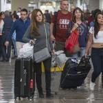 MÉXICO, D.F., 04ENERO2016.- Miles de turistas se despiden y arriban al Aeropuerto Internacional de la ciudad de México, al final del periodo vacacional de invierno.  FOTO: ISAAC ESQUIVEL /CUARTOSCURO.COM