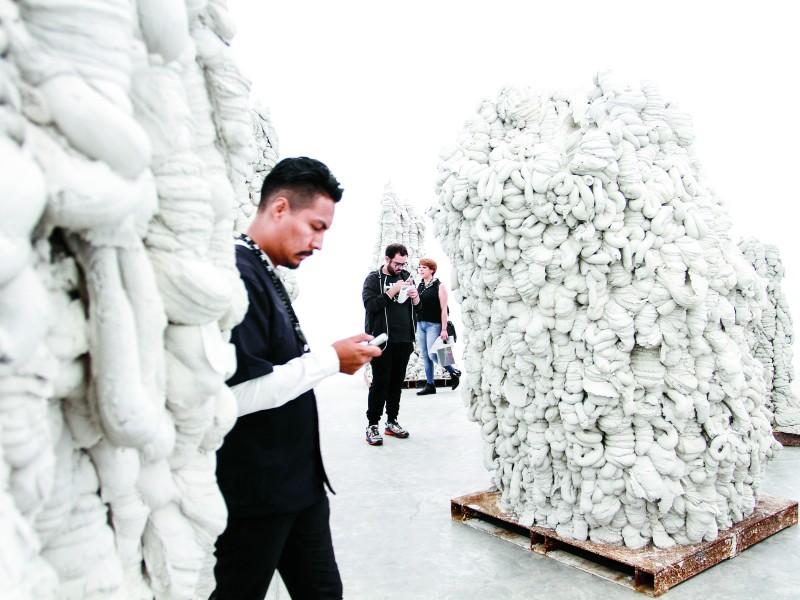 CIUDAD DE MÉXICO, 27MAYO2016.- El artista y escultor de Mumbai, Anish Kapoor, ofreció una conferencia ante medios de comunicación con motivo de la inauguración de su exposición homónima en el Museo Universitario Arte Contemporáneo (MUAC) en Ciudad Universitaria. La exposición consta de 22 piezas, escultura e instalación, en donde explora los espacios interiores y exteriores del arte.  FOTO: MARÍA JOSÉ MARTÍNEZ /CUARTOSCURO.COM