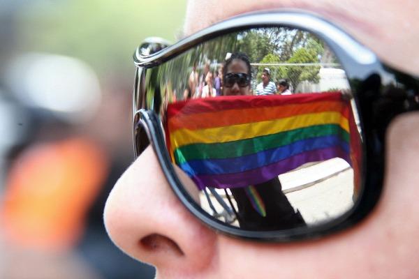 PUEBLA, PUEBLA, 26MAYO2012.- Cientos de miembros de la comunidad lésbico-gay-bisexual-transexual (LGBT) de Puebla, recorrieron avenidas y calles del centro histórico, manifestándose a favor de la diversidad sexual y un alto a la homofobia en la entidad. FOTO: HILDA RIOS /CUARTOSCURO.COM