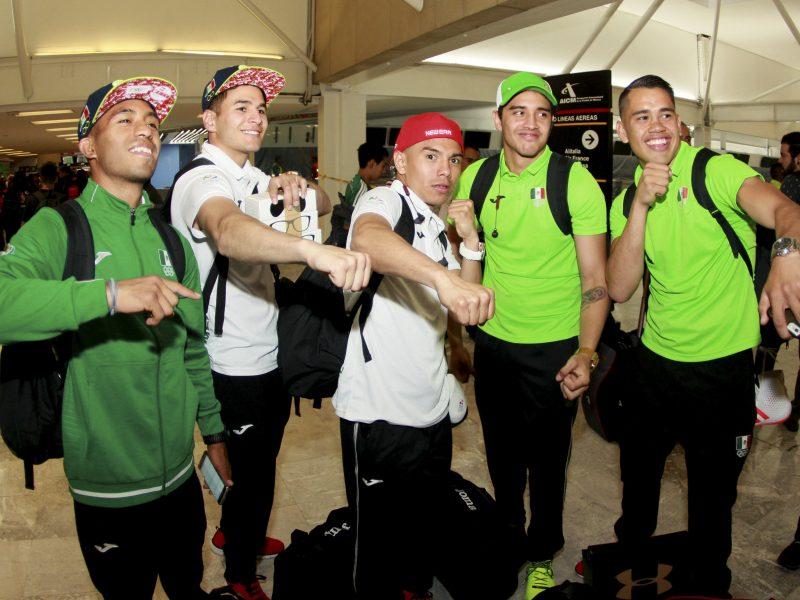 CIUDAD DE MÉXICO, 26JULIO2016.- Una parte de la delegación mexicana que participará en los Juegos Olímpicos de Río 2016, en Brasil, partieron del Aeropuerto Internacional de la Ciudad de México. FOTO: CUARTOSCURO.COM