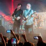 MÉXICO, D.F., 09MAYO2015.- El cantante Saúl Hernández, vocalista de la banda Caifanes, se presentó la noche de ayer en el Salón Los Ángeles de la colonia Guerrero, como parte de los conciertos que ofreció Amnistía Internacional, organización en defensa de los derechos humanos para celebrar la apertura de la primera oficina regional en México. El guitarrista de Caifanes, Sabo Romo, se unió a una parte del concierto. FOTO: DIEGO SIMÓN SÁNCHEZ /CUARTOSCURO.COM