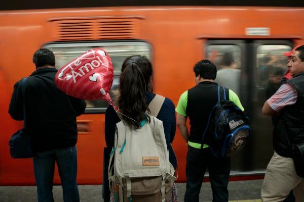 CIUDAD DE MÉXICO, 14FEBRERO2016.- Una joven espera el metro acompañada por un globo alusivo al día del amor y la amistad.  FOTO: JOSÉ ROBERTO GUERRA /CUARTOSCURO.COM