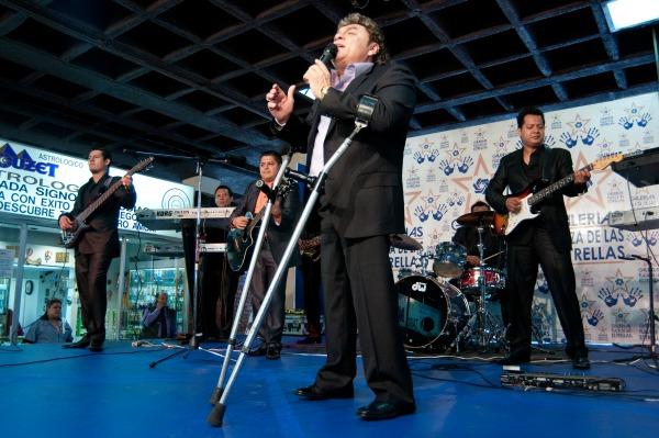 MÉXICO, D.F., 01JULIO2011.- El compositor y músico, José Manuel Zamacona y los Yonics, asistieron a Plaza Galerias la tarde de hoy para develar las huellas de Bronce de dicha agrupación. FOTO:FRANCISCO RODRÍGUEZ/CUARTOSCURO.COM