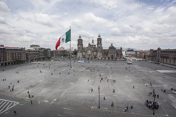 MÉXICO, D.F.,  22SEPTIEMBRE2014.- Peatones disfrutan del Zócalo Capitalino, luego de que este día se prohibió el acceso a coches, en el marco de la celeración del Día Mundial Sin Auto.  FOTO: ISAAC ESQUIVEL /CUARTOSCURO.COM