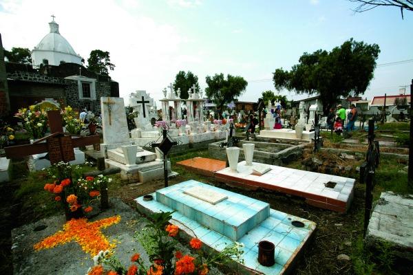 MÉXICO, D.F., 01NOVIEMBRE2009.- Panteón en el Día de muertos en Mixquic. FOTO: ROCÍO ORTIZ/CUARTOSCURO.COM