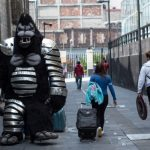 MEXICO, D.F., 22JUNIO2014.- Una botarga y artistas callejeros caminan hacia la calle Madero en el centro histórico. FOTO: DAVID POLO /CUARTOSCURO.COM