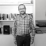 Roberto Remes, activista y Autoridad del Espacio Público en su oficina, foto de Guillermo Gelamaka
