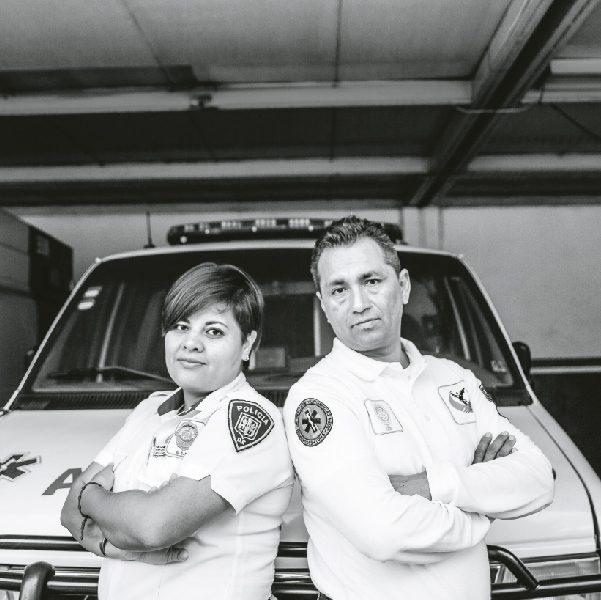 Magdalena Delgado Toto y José Antonio Santiesteban, personal de emergencias en la CDMX. Foto, Lulú Urdapilleta