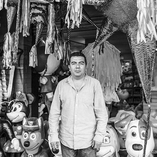 Piñatas tradicionales y no tan tradicionales de la CDMX hechas por la familia Mena. Hugo Mena nos nuestra su local en Circuito Interior. Foto, Lulú Urdapilleta