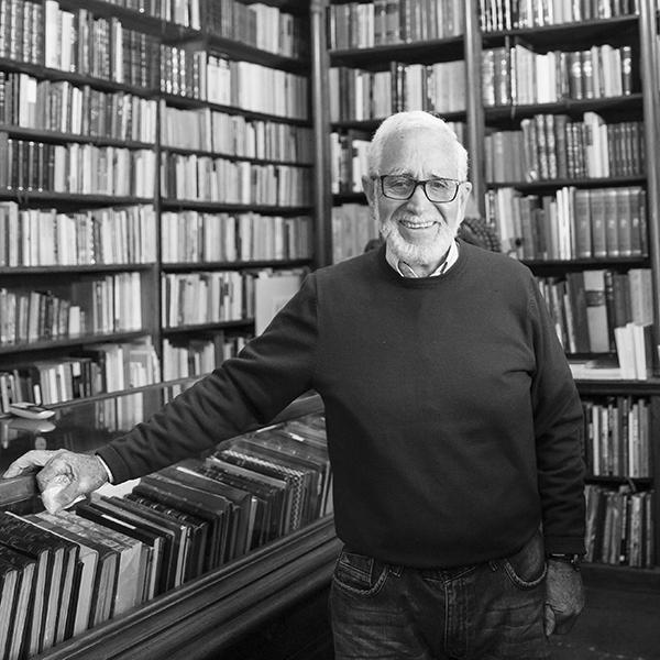 Enrique Espejo, dueño de la Librería Madero, en el Centro Histórico. Foto, Lulú Urdapilleta