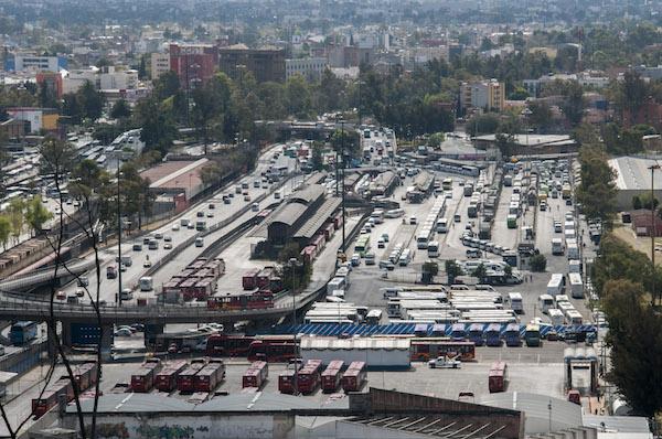 MÉXICO, D.F., 02ENERO2015.- Vista del paradero Indios Verdes, al norte de la ciudad, uno de los que tiene más afluencia de personas ya que llegan de varios municipios del Estado de México. FOTO: DIEGO SIMÓN SÁNCHEZ /CUARTOSCURO.COM