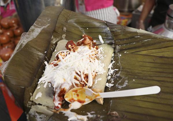 MÉXICO, D.F., 30ENERO2016.- Valentín Maldonado, jefe delegacional en Coyoacán, partió el tamal oaxaqueño más grande de México que fue elaborado para los asistente de la cuatra feria del tamal que se llevó acabo en la explanada de la delegación. FOTO: SAÚL LÓPEZ /CUARTOSCURO.COM