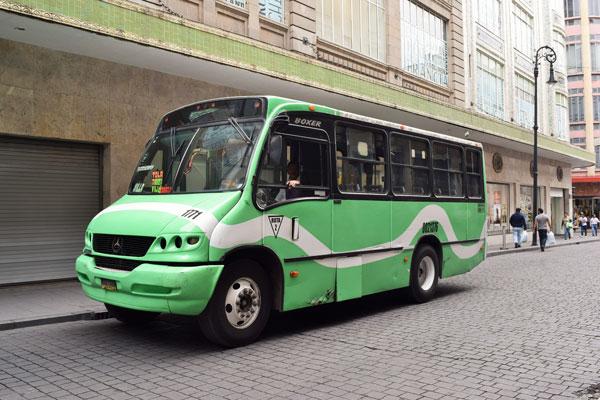 Tan solo subirse al microbús es una gran reto chilango