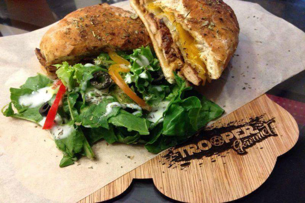 Trooper gourmet es un restaurante que ofrece hamburguesas y hot dogs al estilo de Star Wars.