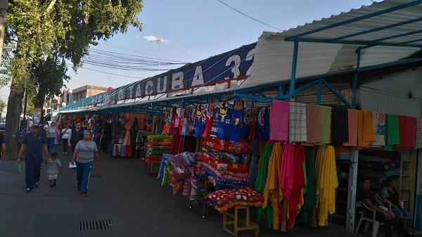 En el Mercado de Tacuba encuentras desde frutas hasta vestidos de gala.