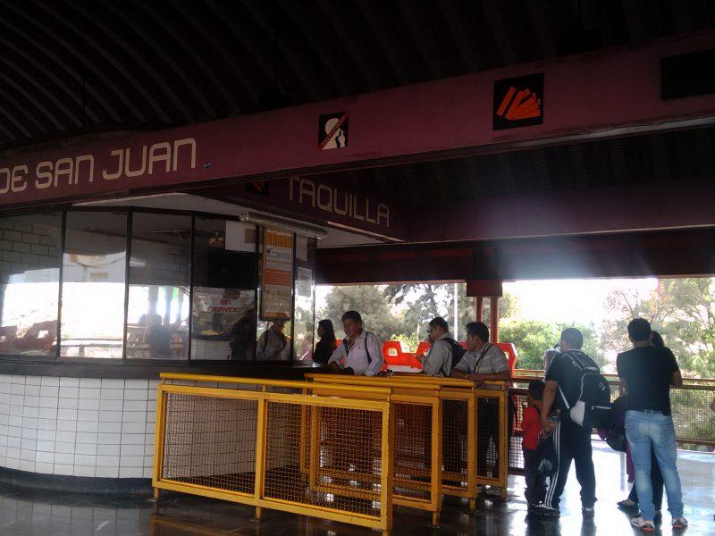 Estación del metro, comida e historia