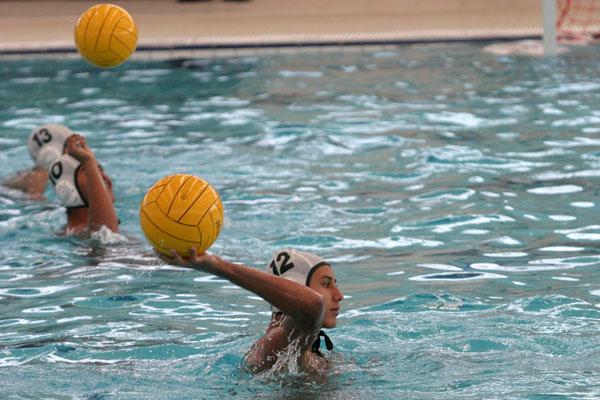 Para jugar en el equipo de waterpolo, debes formar parte de la comunidad universitaria